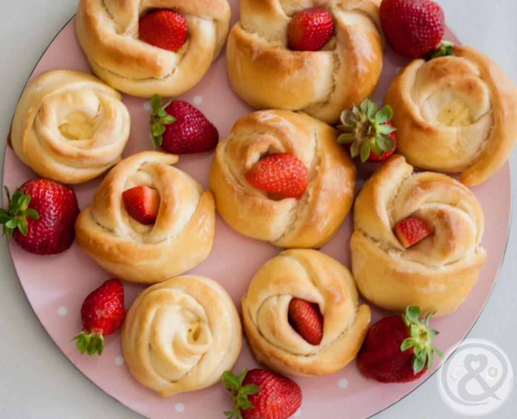 Hefeteilchen mit Vanillepudding und Erdbeeren